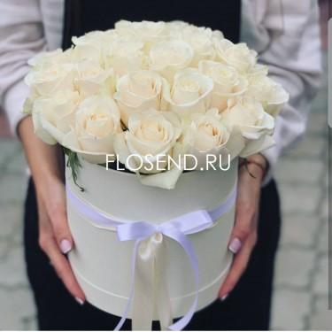 25 белых роз в коробке