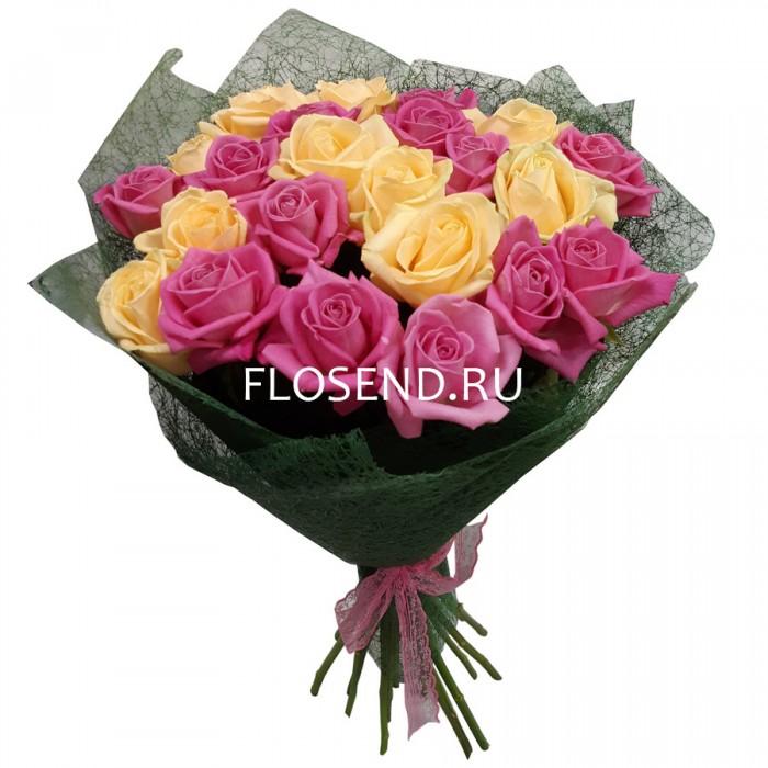 Букет из 21 кремовых и розовых роз
